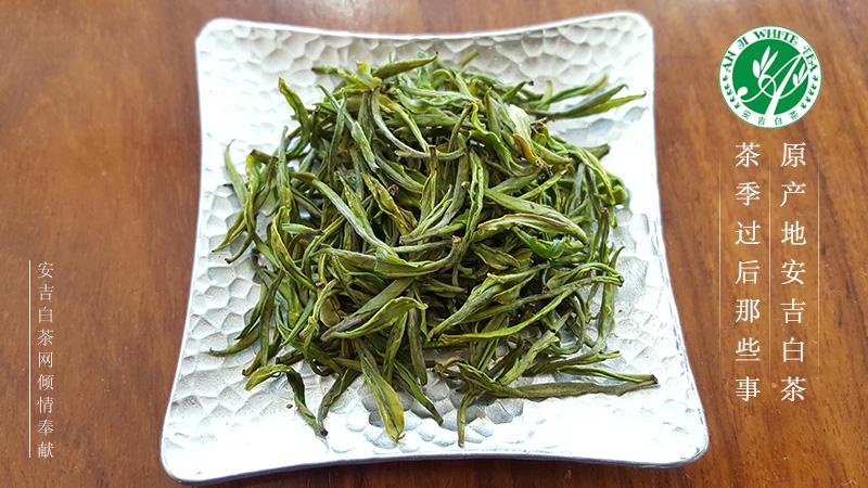 安吉白茶-兰花型:这款茶目前在安吉当地个别茶企有生产,数量还可以,也算是能正常买到的产品。 安吉白茶兰花型在工艺上与常规凤型安吉白茶加工稍有不同,下面我详细介绍一下兰花型加工步骤: 采摘:在春分后谷雨前采取一芽一叶和/或一芽二叶的新鲜茶叶; 摊放:将茶叶避光摊放,摊放环境温度10~20,摊放环境湿度70~85%,摊放时间3~5h; 杀青:杀青温度450~500,杀青时间1~1.